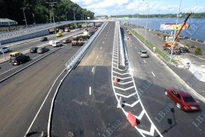 Азаров открыл транспортную развязку у моста Метро