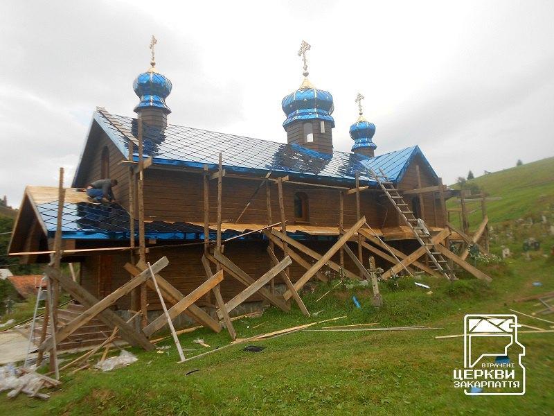Церква «середньогуцульського стилю» у селі Стебний на фінальній стадії спотворення