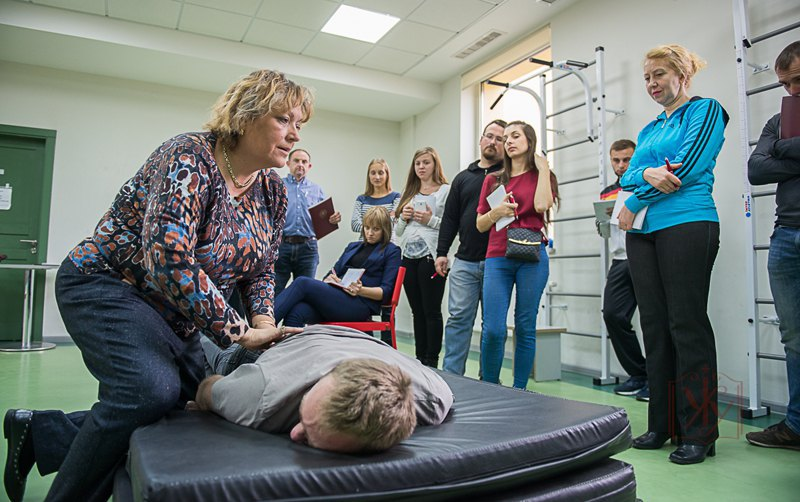 Фізичний терапевт з Канади Рената Роман проводить тренінг для фахівців реабілітаційної медицини в Українському католицькому університеті.