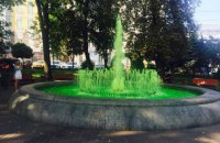 Хулиганы сделали зеленой воду в киевском фонтане на Контрактовой площади
