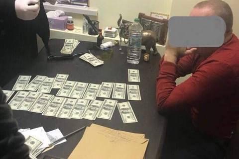 В Одессе топ-чиновника миграционной службы поймали на взятке $10 тысяч