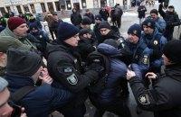 Суд призначив портретну експертизу й експертизу відео у справі про бійку біля Подільського відділення поліції