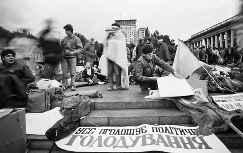 2 жовтня 1990 року в Києві, на Майдані, який тоді мав назву площа Жовтневої революції, з'явилися намети. Студенти, переважно з київських і львівських вишів, оголосили голодування та висунули політичні вимоги.