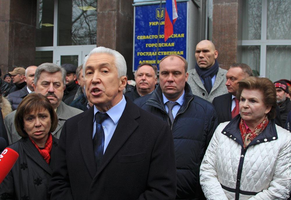 Валентина Терешкова (справа) в составе российской делегации в Крыму
