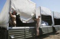 Російські вантажівки розвантажуються в Луганську