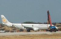 В столице Мьянмы пилот посадил пассажирский самолет без переднего шасси