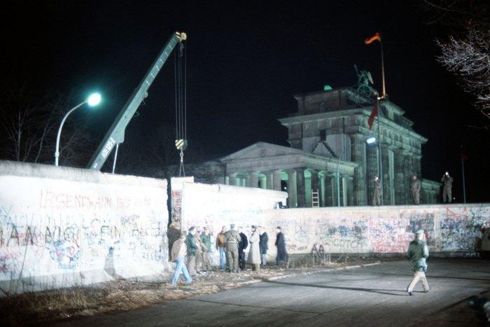 Демонтаж секции Берлинской стены