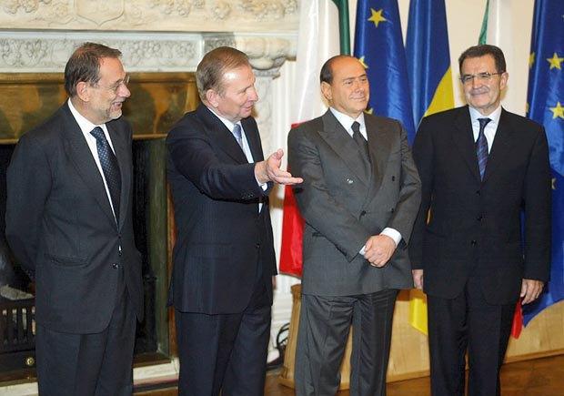 Президент Украины Леонид Кучма приветствует представителя ЕС по вопросам внешней политики и безопасности Хавьера Солану (слева), премьер-министра Италии Сильвио Берлускони и главу Европейской комиссии Романо Проди (справа) во врема саммита Украина-ЕС в Ливадийском дворце в Ялте, 07 октября 2003 года.