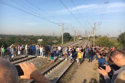 В Киеве жители Троещины блокировали движение городской электрички