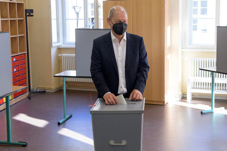 Шольц голосує