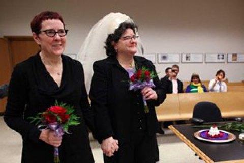 Парламент Венгрии делает невозможным усыновление детей однополыми парами