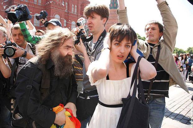 Костюченко во время гей-парада в Москве, 2011 год.