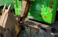 В Киеве экскаватор пробил маршрутку своим ковшом