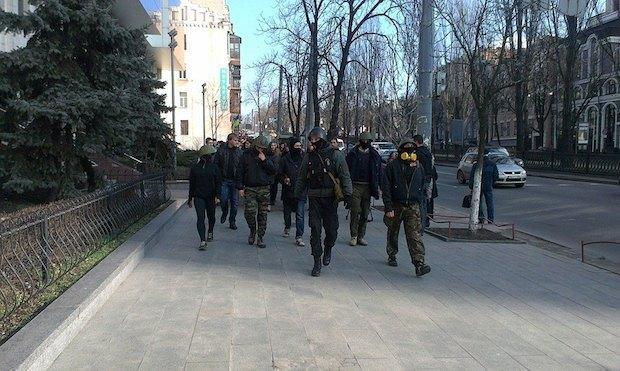 Охорона йде попереду студентської колони