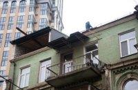 В Киеве начали демонтаж незаконной надстройки на старом доме по улице Саксаганского