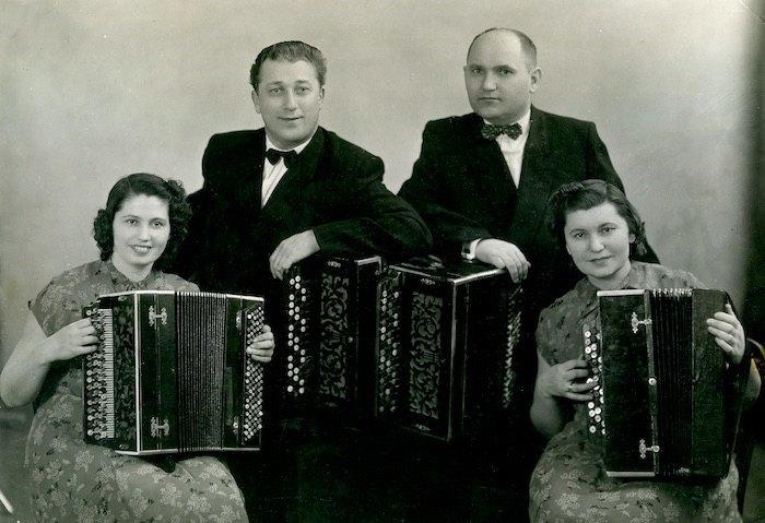 Квартет баянистов Киевской филармонии (слева направо: Мария Белецкая, Иван Журомский, Николай Ризоль, Раиса Белецкая). 1955
