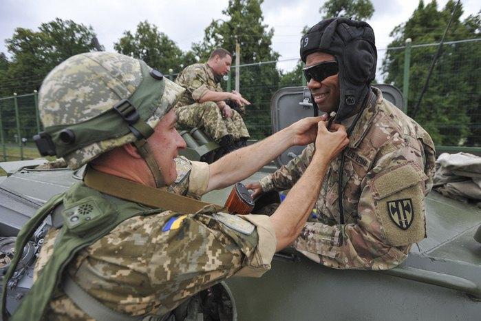 Американський та український військовослужбовцi під час спільних військових навчань на полігоні в Яворові, Львівська обл, 14 травня 2015