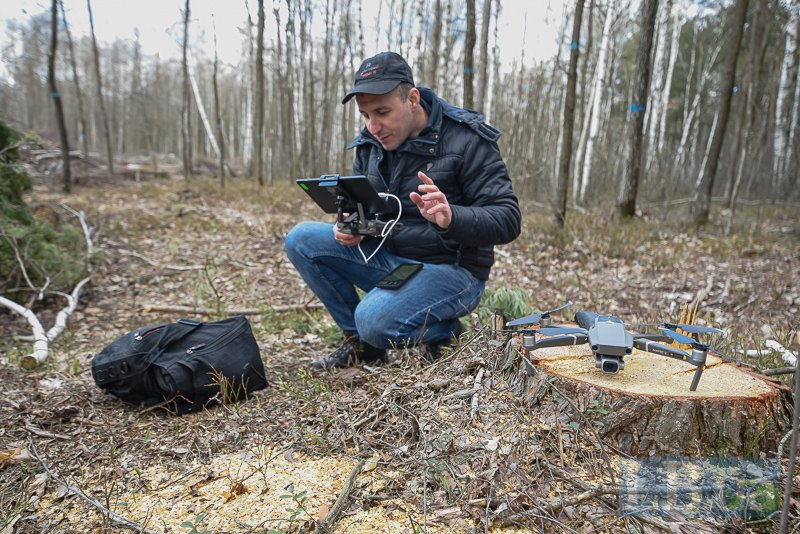 Ігор налаштовує дрон, щоб зробити ортофотоплан вирубки.