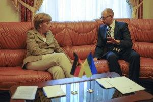 Яценюк поскаржився Меркель, що сидить на бомбі