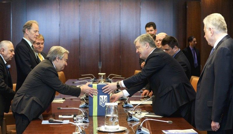 Петр Порошенко передал генсеку ООН письма с призывом освободить заложников Кремля