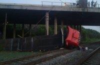 Грузовик упал с моста на железнодорожные пути в Днепропетровской области