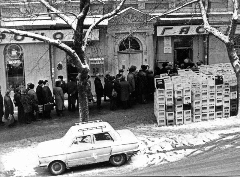 Черга до гастроному, Чернівці, 1990 рік.