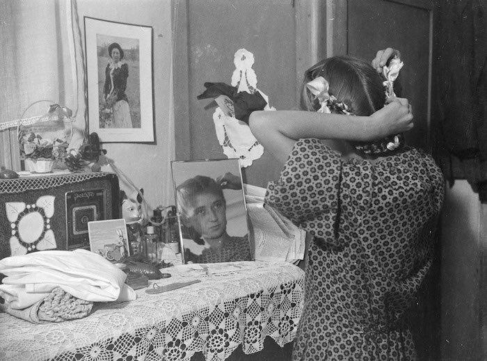 Донька Павла Кашкеля Світлана біля дзеркала