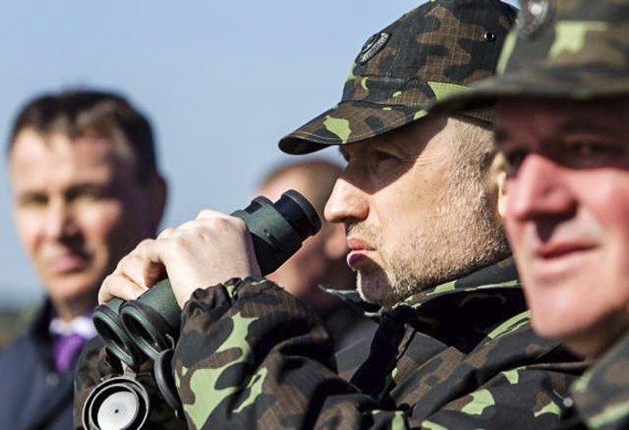 И.О. главы государства и верховный главнокомандующий ВСУ Александр Турчинов во время военных учений сухопутных войск в Черниговской области
