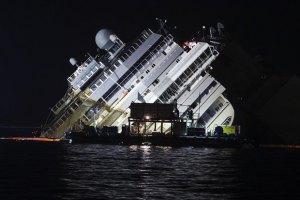 """В Италии подняли со дна моря лайнер """"Коста Конкордия"""""""