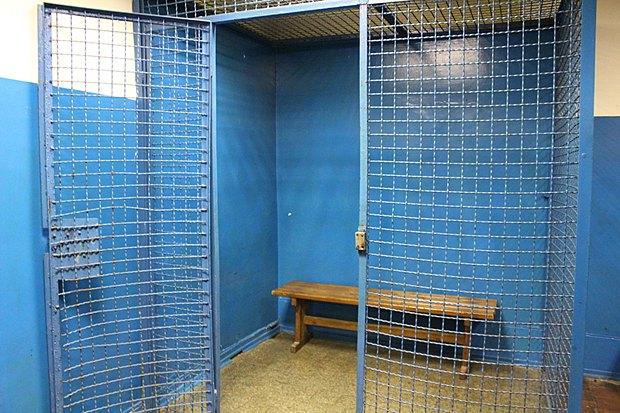 Клітки для тримання людей у відділах поліції Київського метрополітену, які залишилися з радянських часів.