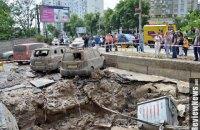В Голосеевском районе Киева из-за прорыва трубы повреждены здания и автомобили