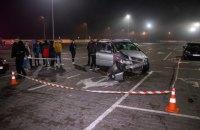 На парковке ТРЦ в Киеве водитель сбил двух людей и врезался в три автомобиля (обновлено)