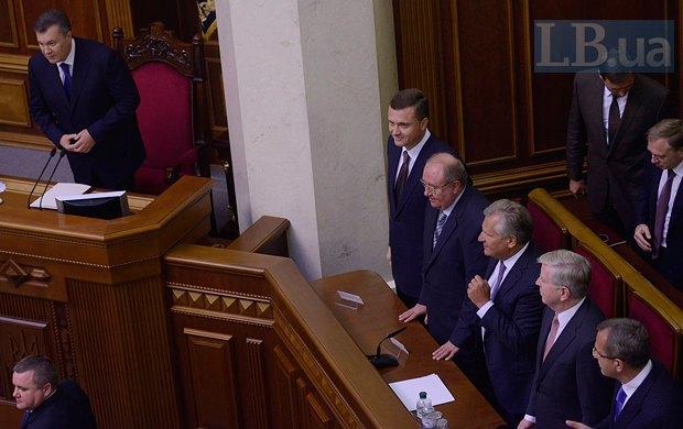 В церемонии принимали участие руководители миссии Европарламента Пэт Кокс и Александр Квасьневский