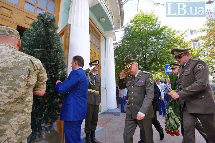 Глава СБУ Василий Грицак (в центре) прибыл на церемонию прощания