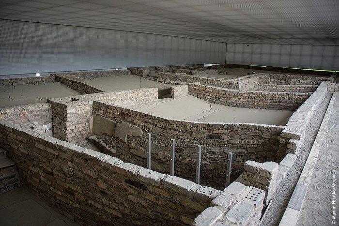 Крематорий Заксенхаузена располагался в страшной 'Станции Z' - небольшом кирпичном здании за территорией лагеря. Здесь же находились и газовые камеры.