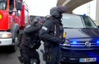 Полицейские застрелили мужчину, который отобрал ружье у военного в аэропорту Парижа (обновлено)