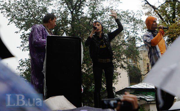 Ирэна Карпа во время выступления на сцене перед митингующими и Олесь Доний(слева)