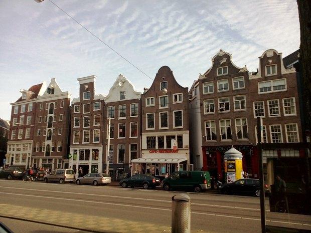 """Покосившиеся фасады старинных домов - """"фишка"""" Амстердама"""