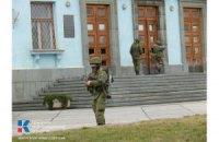 Військові з автоматами повністю оточили центр Сімферополя