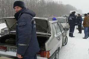 На заснеженной трассе Киев-Чоп продавали хлеб по 20 грн