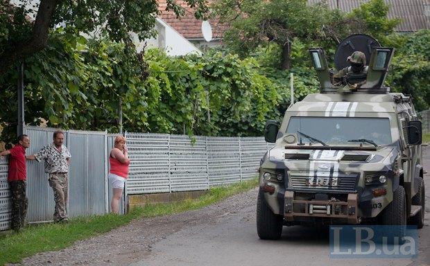 Силовики во время спецоперации по поимке бойцов ПС в селе Бобовище близ Мукачево