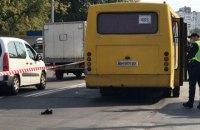 На проспекте Свободы в Киеве маршрутка сбила трех человек на переходе, одна женщина умерла (обновлено)