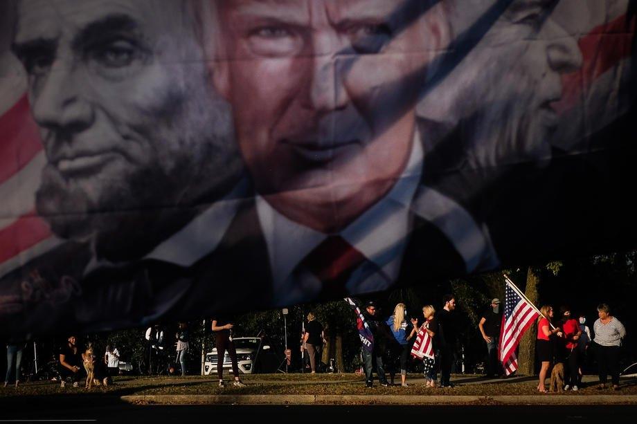 Люди собираются перед зданием Университета Бельмонт в Нэшвилле, где проходят последние президентские дебаты, штат Теннесси, США, 22 октября 2020 г.