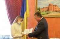Бугров урочисто вручив диплом бакалавра журналістики Дарії Білодід