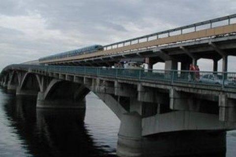 Пьяный киевлянин выжил, прыгнув в Днепр с моста Метро