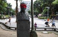 Бразильские художники завязали глаза ста памятникам