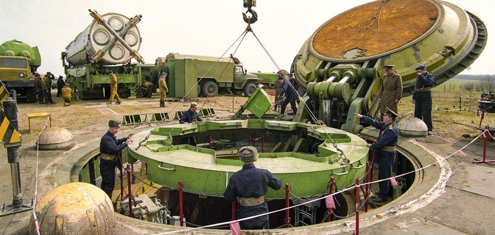 46-та ракетна дивізія 43-ї ракетної армії (Ракетні війська стратегічного призначення ЗС СРСР). Демонтаж ядерної ракети СС-19. Шахтна пускова установка з відкритим люком і ракетою, підготовленою до демонтажу. Первомайськ, Миколаївська область, березень 1994