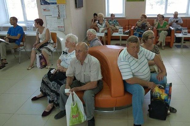 Люди в ожидании своей очереди в центре обслуживания Киевэнерго