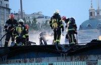 У Києві біля річкового вокзалу згоріла одноповерхова недіюча будівля