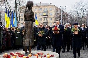 Янукович попросил украинцев помолиться о погибших от Голодомора